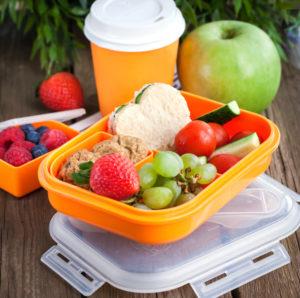 Luchbox mit gesundem Obst und Gemüse