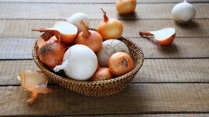 Zwiebeln in einem Korb gelagert