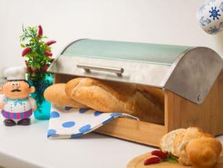 Brotkasten mit frischem Brot