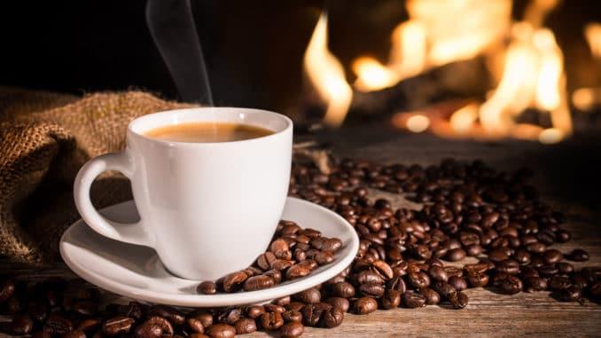 Tassee Kaffee mit Kaffeebohnen