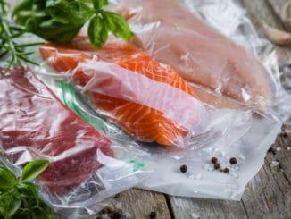 Lachs und Fleisch zum Sous Vide Garen eingeschweißt